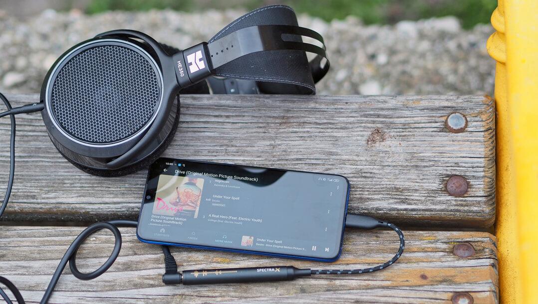 NextDrive Spectra X: mobiler DAC/Kopfhörerverstärker auf Holzbank