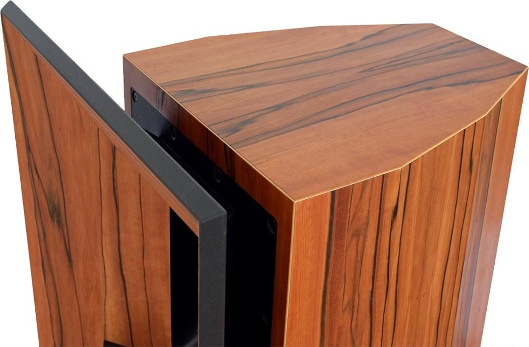 Typisch Blumenhofer: Blick auf das achteckige Lautsprecherkabinett der Gran Gioia 2x10Blick auf einen der beiden 10-Zoll-Woofer der Gran Gioia 2x10