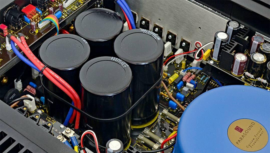 Cola-Dosen-große Kondensatoren halten beim Parasound Spannung vor...
