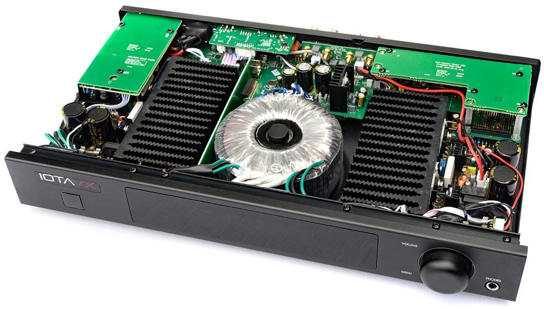 Der Blick ins Innere des IOTAVX SA3 offenbart einen anständig dimensionierten Ringkerntrafo in der Mitte des Amps