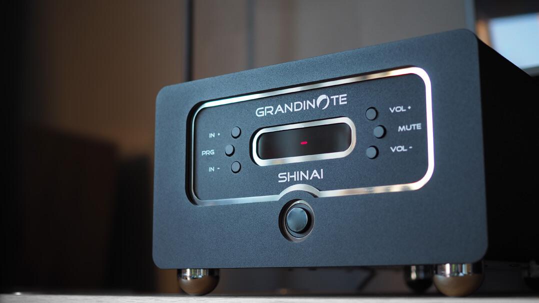 Grandinote Shinai Verstärker im Rack von vorne