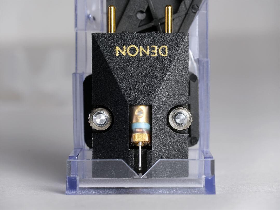 Dual liefert zur Justage des Tonabnehmers eine dreidimensionale Kunststoffschablone