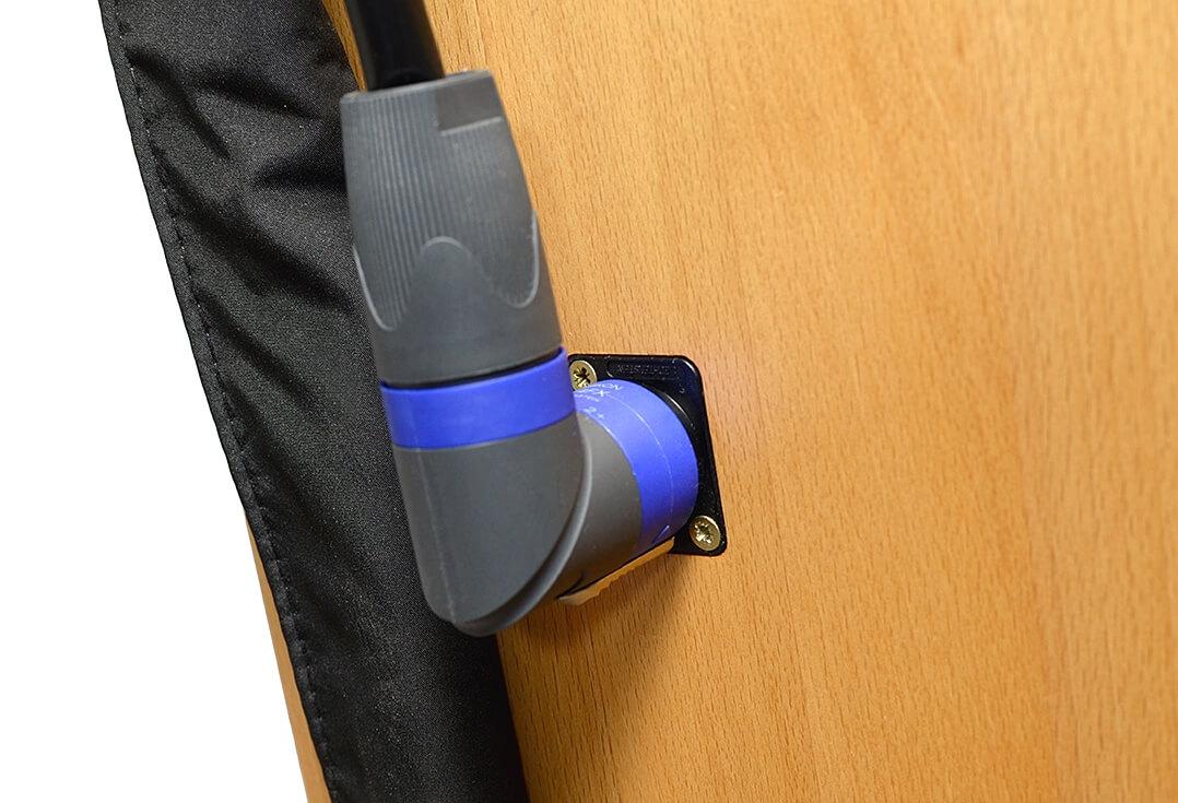 Jedes Lautsprechermodul wird von einem vierpoligen Speakon kontaktiert