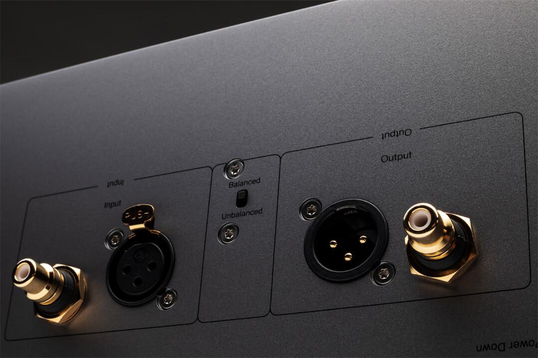 Cambridge Audio Edge M Monoendstufen: Cinch- oder XLR-Verbinder sind als Zuspieler möglich. Das Signal kann durchgeschliffen werden, z.B. für Bi-Amping