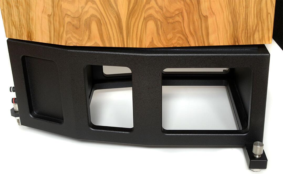 Der Fuß der Blumenhofer 4x17 P: In der verschlossenen Kammer hinten steckt die Frequenzweiche