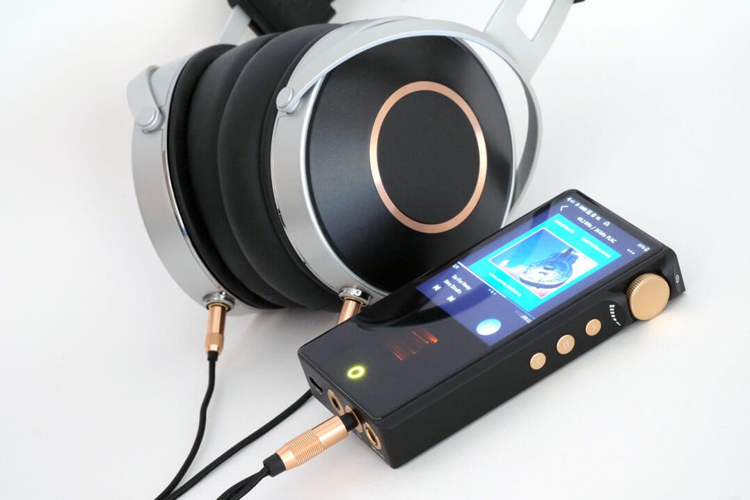 Cayin N3 Pro mit Over-Ear-Kopfhörer