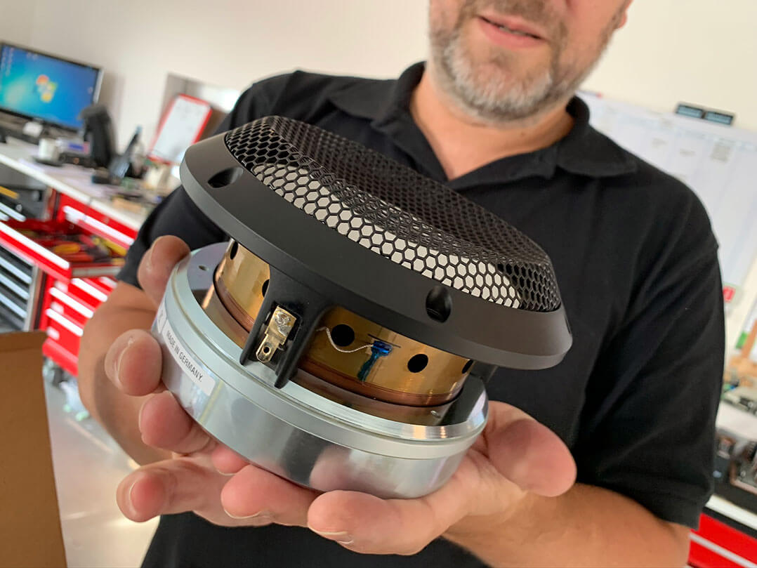 Die neueste Evolutionsstufe der Accuton-Chassistechnologie: Gut zu sehen ist die riesige Schwingspule, die am äußeren Rand der Keramikmembran ansetzt