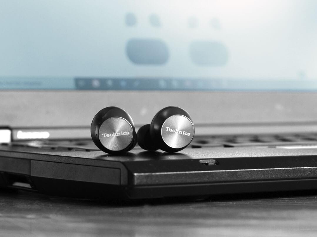 Technics EAH‑AZ70W mit Laptop