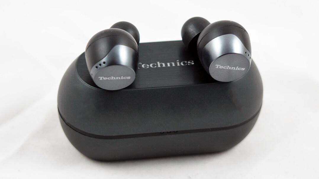 Technics EAH‑AZ70W von vorne, mit Ladebox