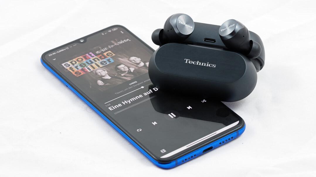Technics EAH‑AZ70W spielt mit Smartphone