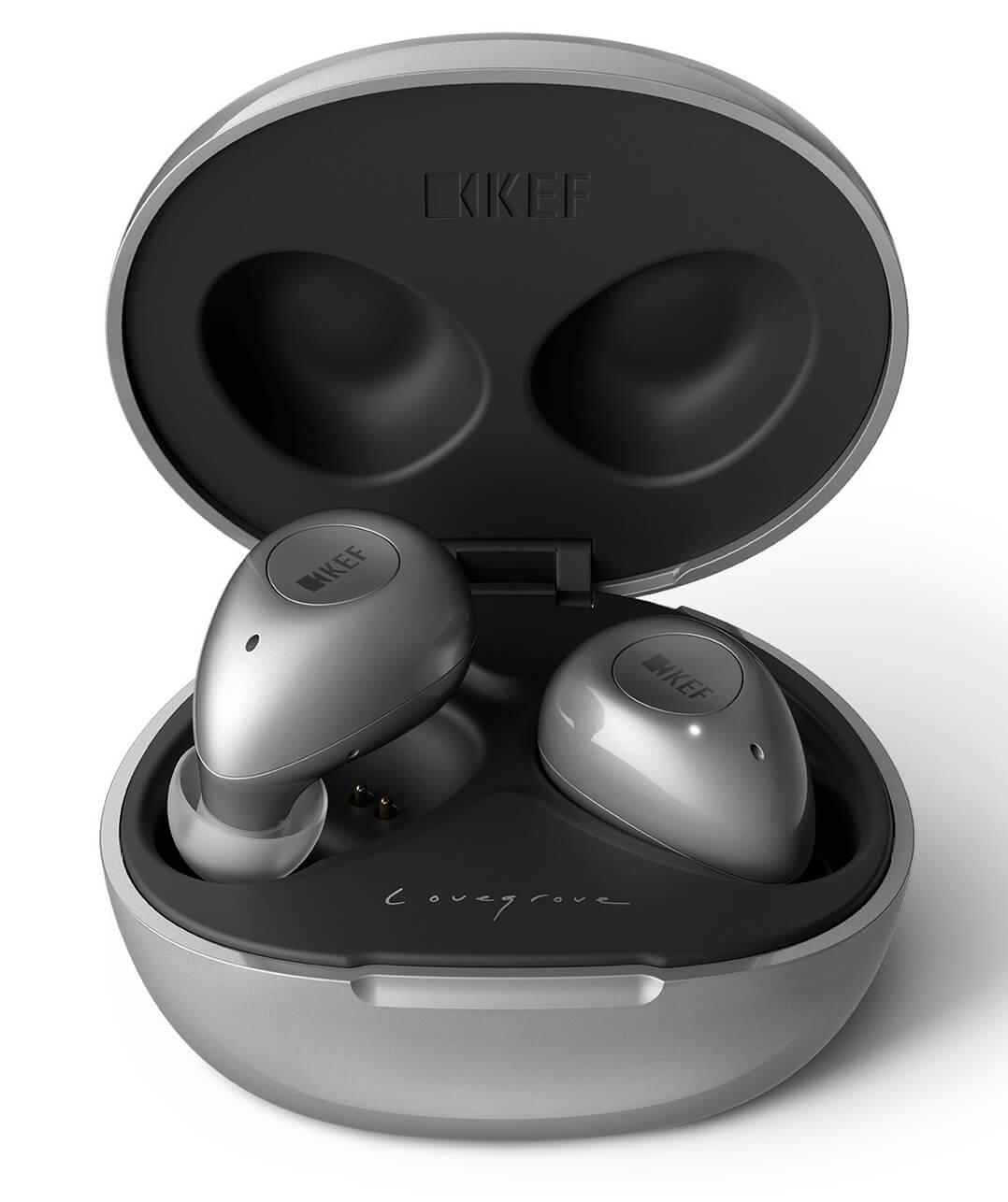 KEF Mu3 Noise Cancelling True Wireless Kopfhörer in der Ladeschale: Vorne sieht man den Schriftzug des Designers