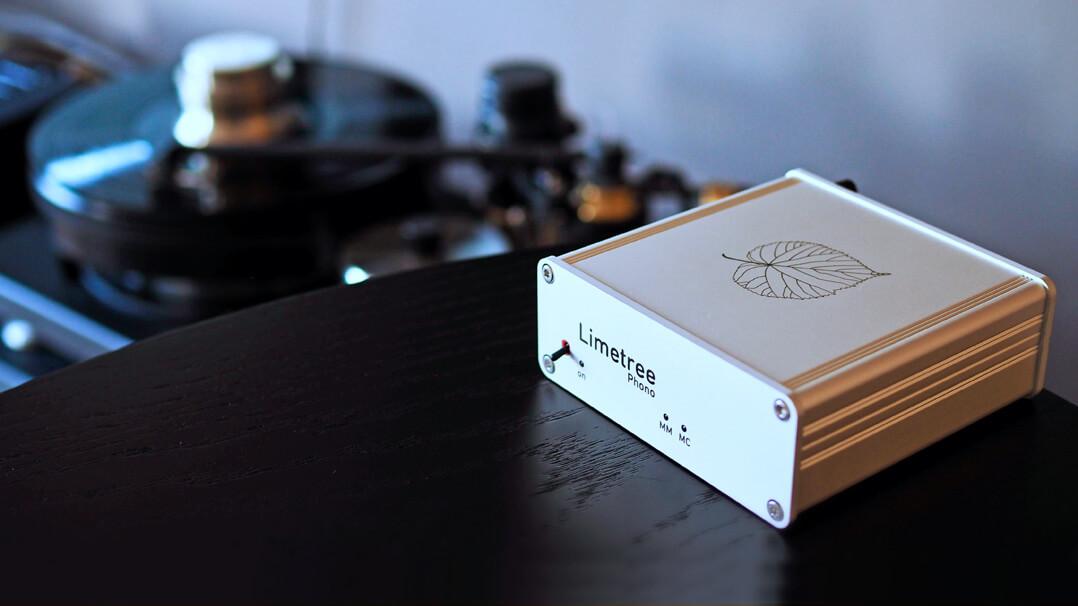 Lindemann Limetree Phono II mit Plattenspieler im Hintergrund