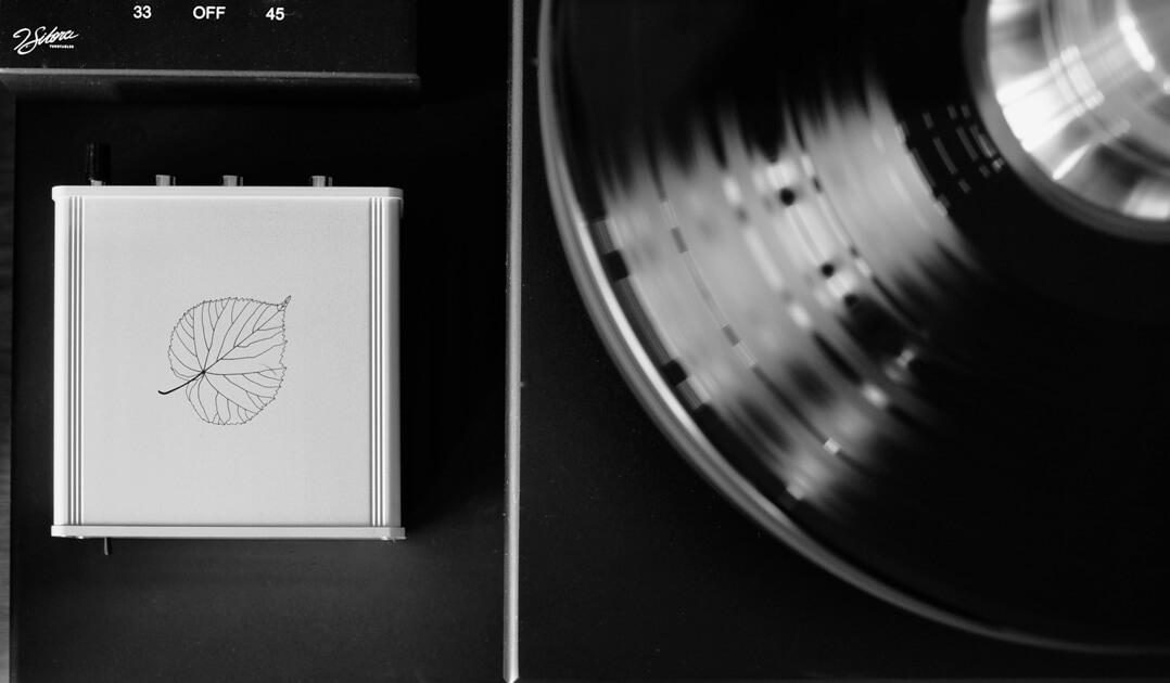 Lindemann Limetree Phono II Phonovorverstärker neben Schallplatte