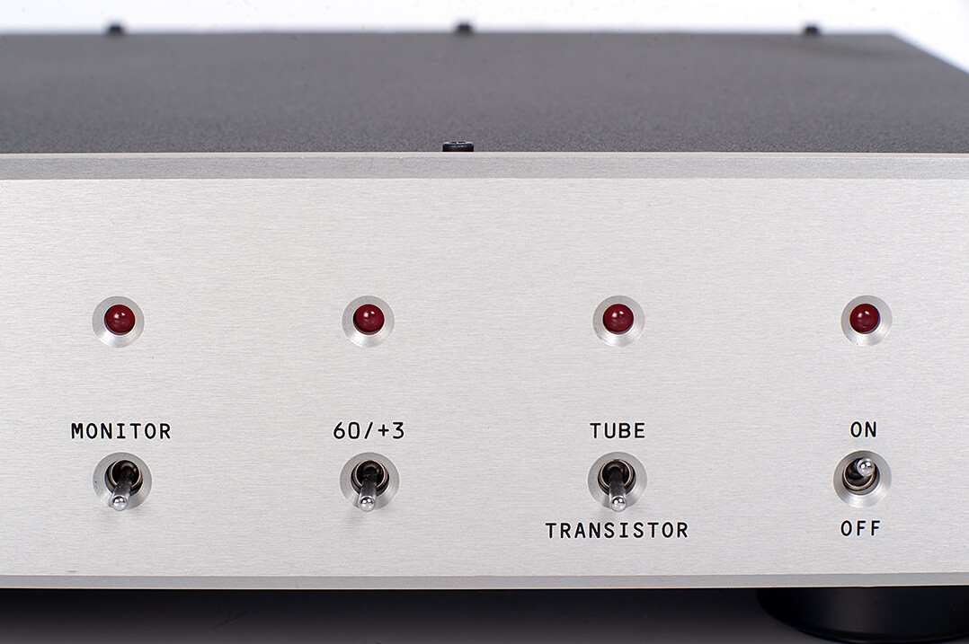 Der MFE Tube DAC SE erlaubt mehr als nur die Eingangswahl: Eine Monitor-Schleife, ein Bass-Boost und die Wahl zwischen Transistor- und Röhrenausgangsstufe stehen zur Verfügung
