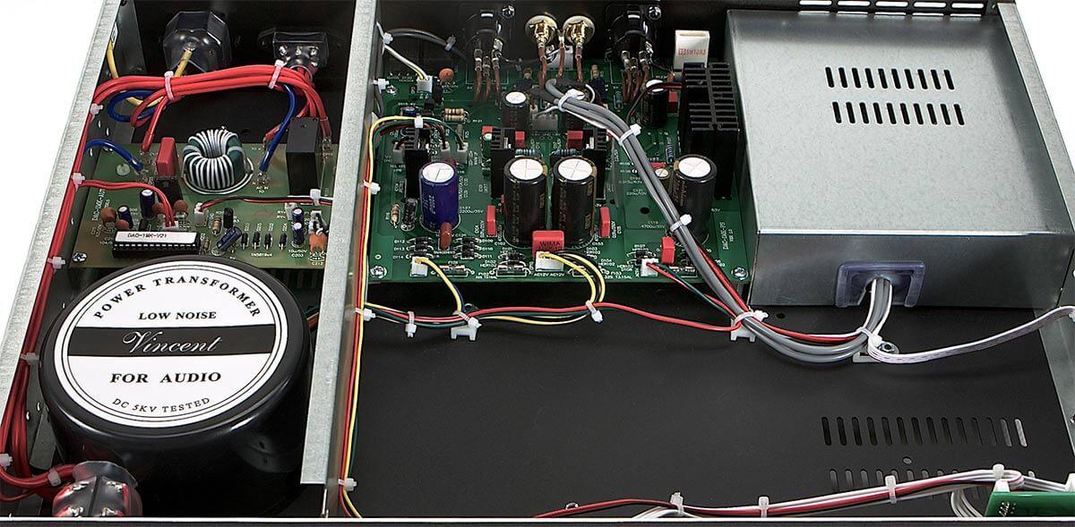 Blick unter die Haube des Vincent DAC-1MK: links die Stromversorgung, mittig die Ausgangsstufe, rechts die Digitalsektion