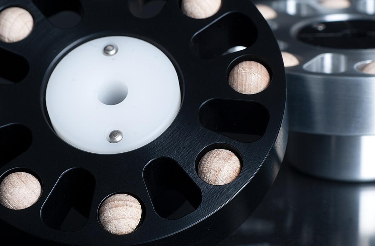 Die Ahorn-Halbkugeln auf der Unterseite des bFly-Audio Octopus dienen der Resonanzableitung