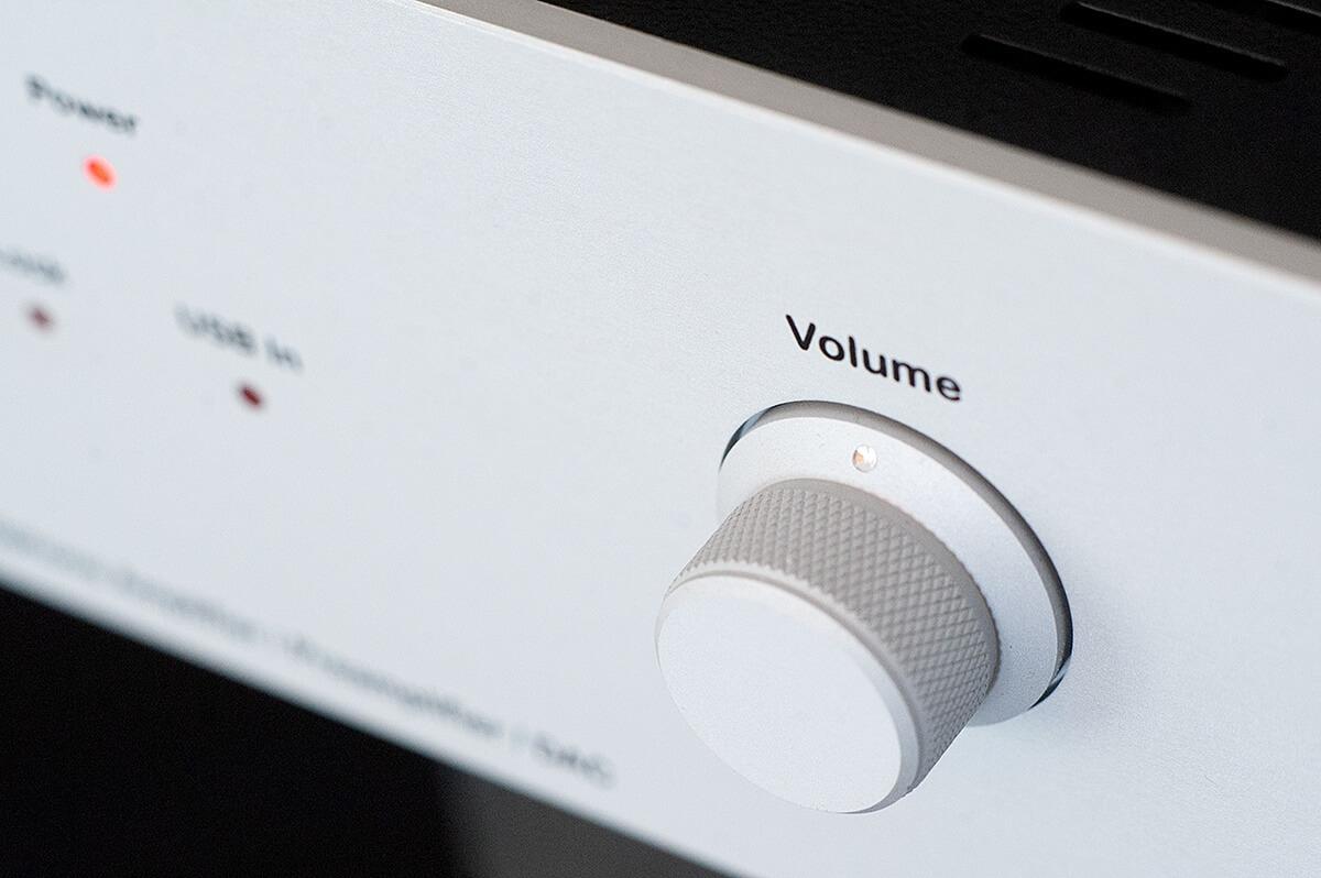 Der Volume-Knopf auf der rechten Seite des Lab12 hpa bewegt ein Alps-Blue-Velvet-Potenziometer