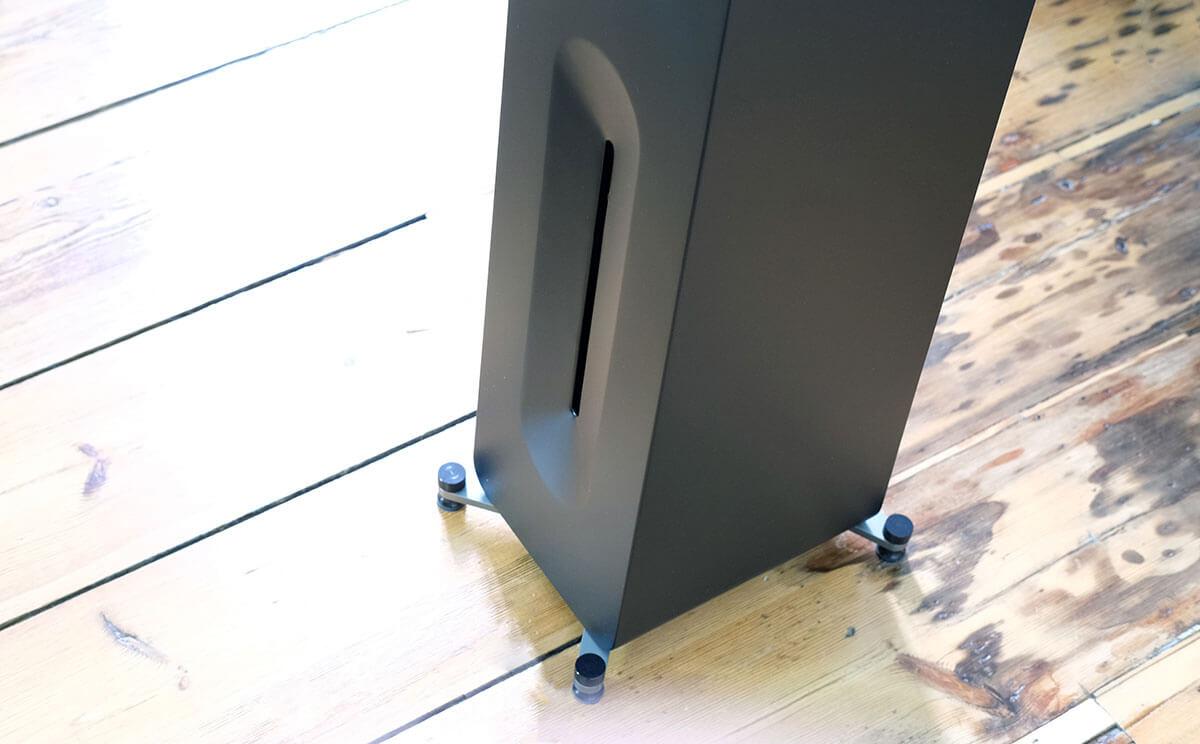 Die Form des Bassreflexkanals des AperionAudio Novus T5 Tower soll Strömungsgeräusche minimieren