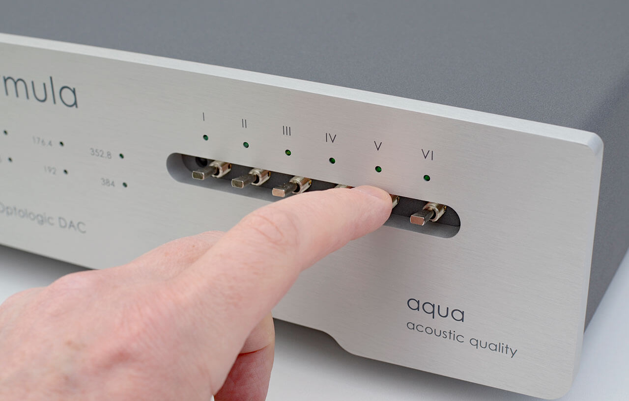 Der Aqua Formula xHD Rev.2 besitzt sechs Digitaleingänge, die sich mit Kippschaltern anwählen lassen. Die Beschriftung von römisch eins bis sechs sieht elegant aus - ist aber wenig sprechend