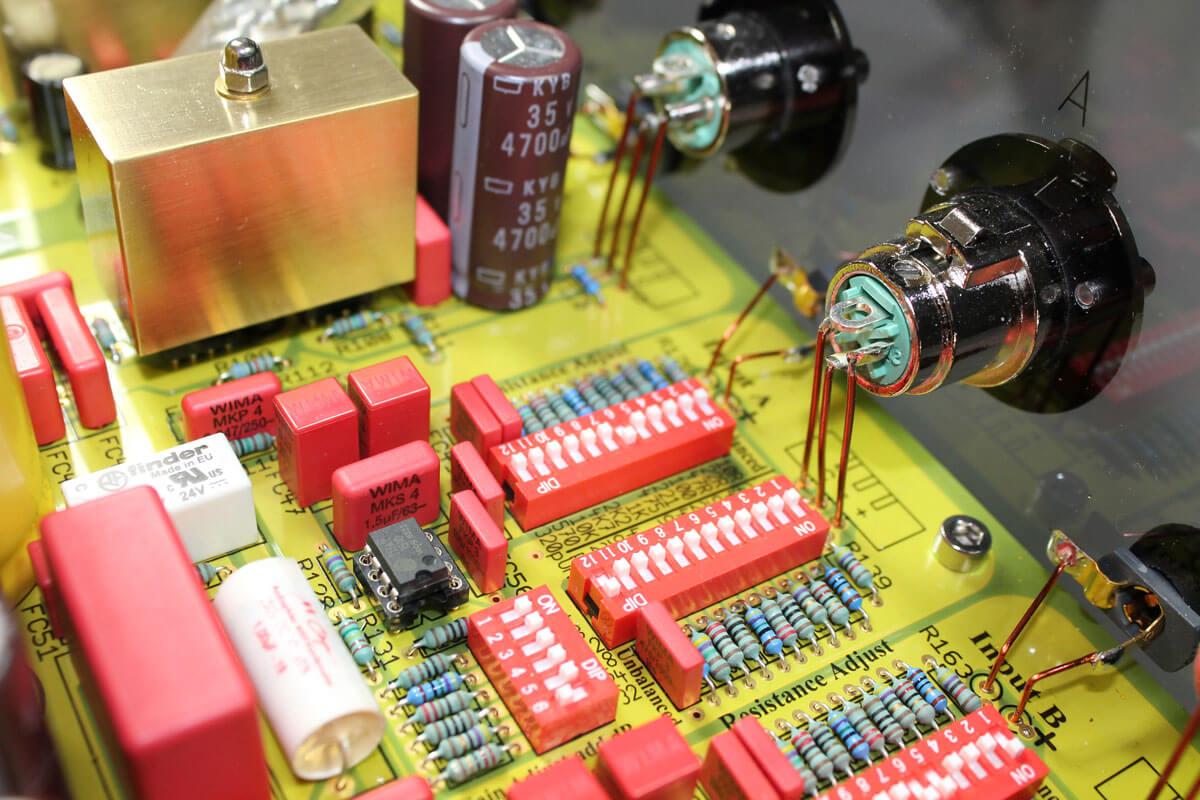ASR Basis Exclusive HV: Innenaufnahme von XLR-Buchsen und DIP-Schaltern