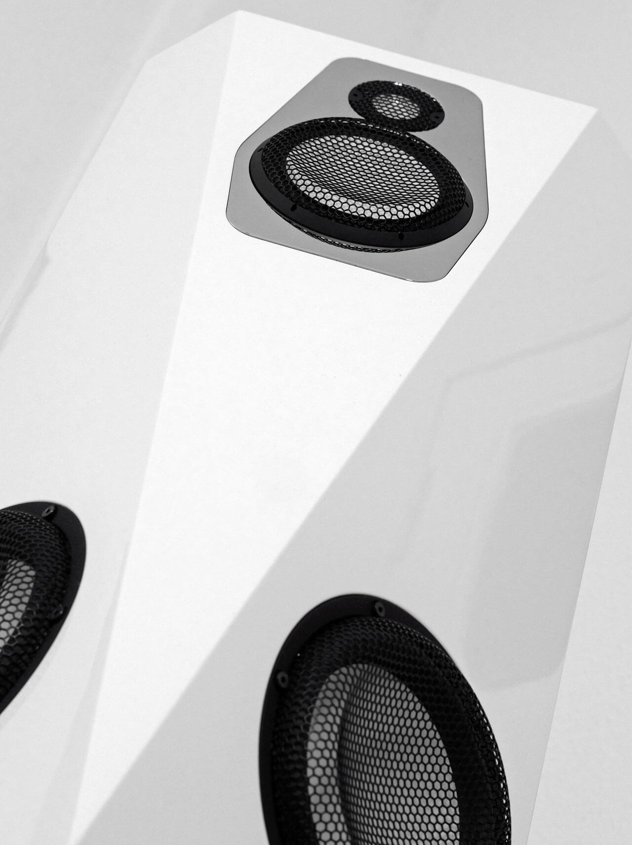 Die Winkel auf der Schallwand der AudiaZ Cadenza messen jeweils 45 Grad