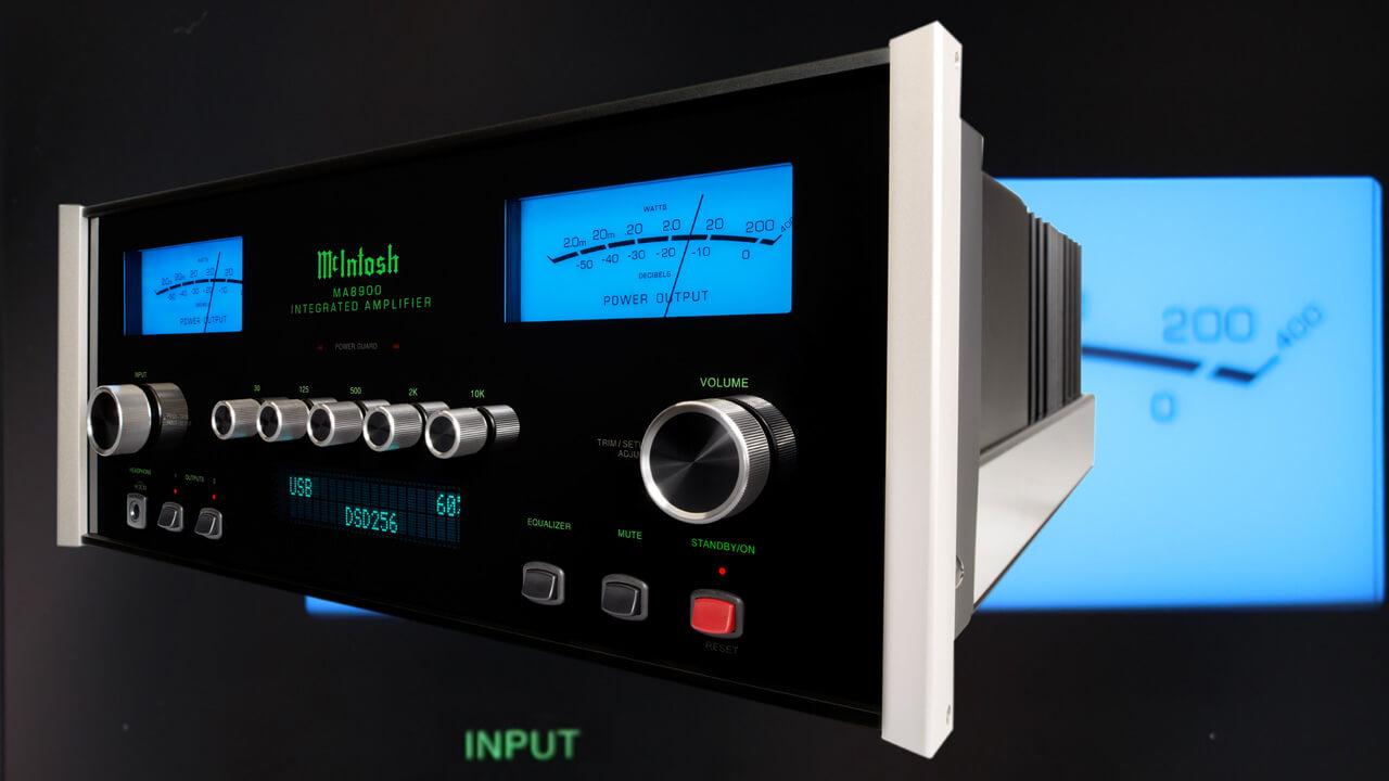 McIntosh MA8900 AC Vollverstärker vor Display