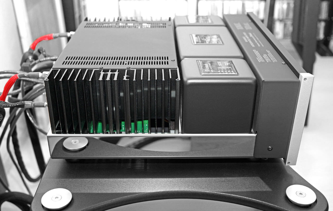 McIntosh MA8900 AC von der Seite im Rack
