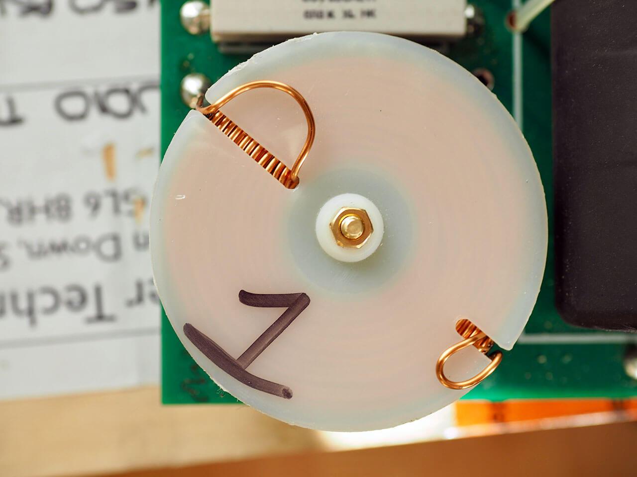 Selbstgewickelt: Spule auf der Frequenzweiche der ATC SCM50PSL