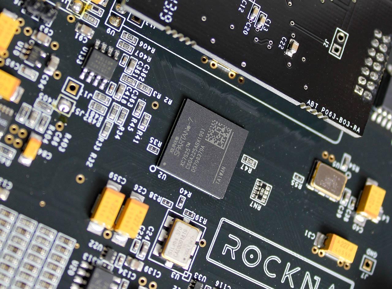 In der Bildmitte: Die Steuerzentrale des Rockna Wavelight PRE/DAC, der Xilinx-7-FPGA-Logikbaustein