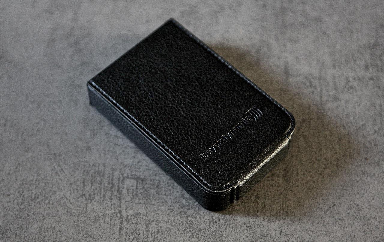 Der Xelento Wireless kommt mit einem praktischen Aufbewahrungsetui