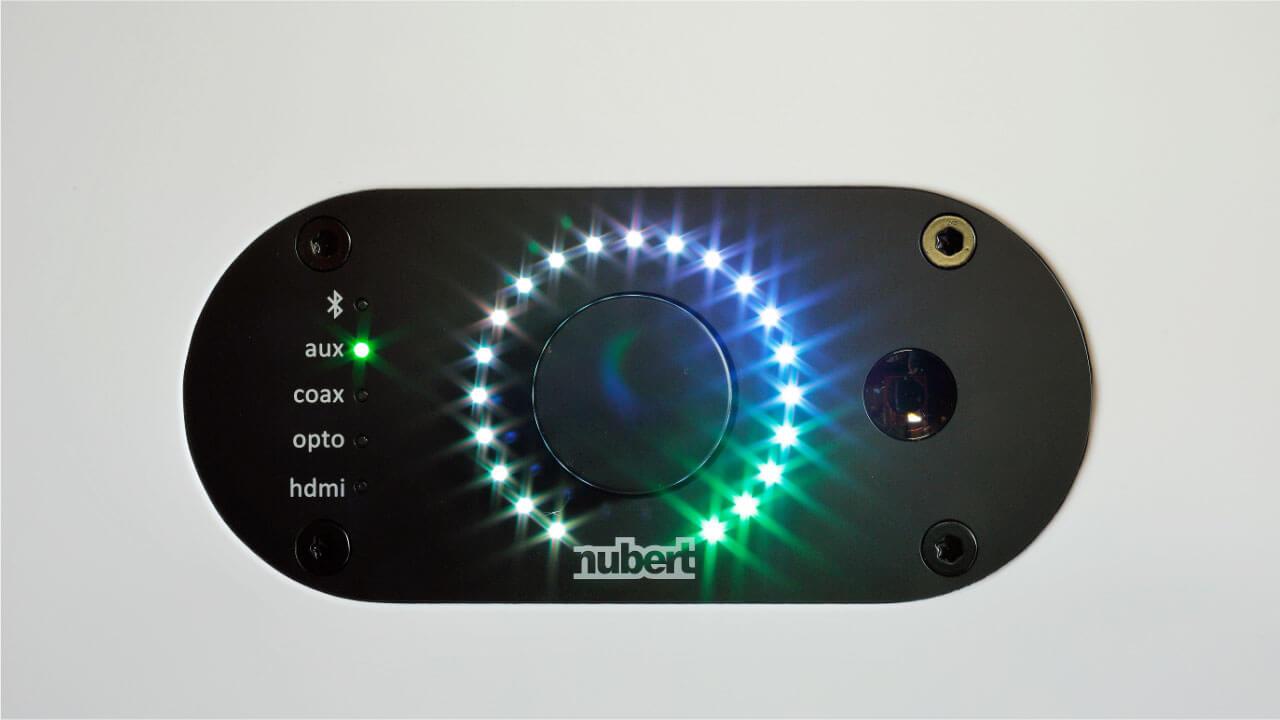 Nubert nuPro AS-3500 - Steuerrad und LED-Kranz auf der Frontseite