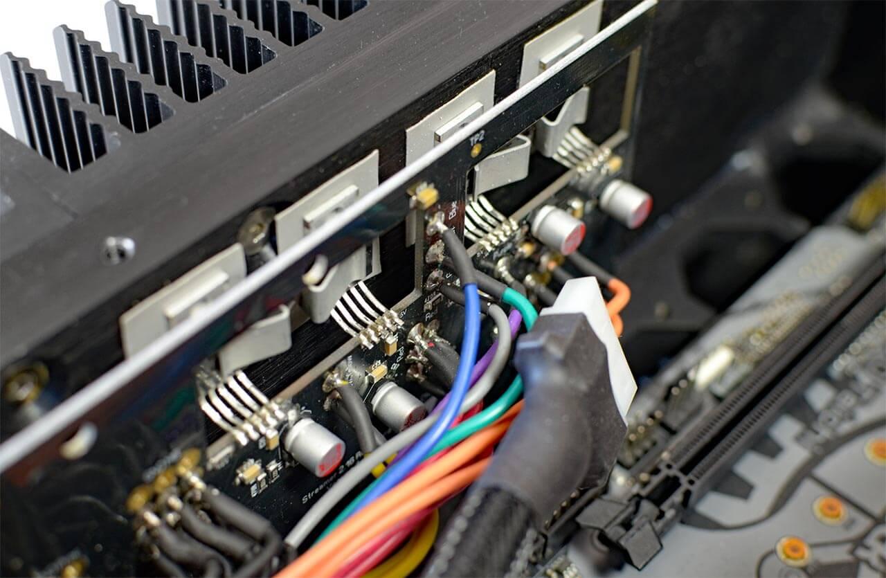 Pink Faun setzt auf eine üppige, getrennte Stromversorgung mit vielen separat geregelten Spannungen