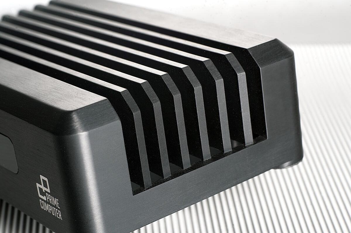 Die umlaufenden Kühlrippen des PrimeMini 5 machen nicht nur optisch was her, sondern kühlen eben auch sehr effizient - ein Ventilator ist da nicht nötig