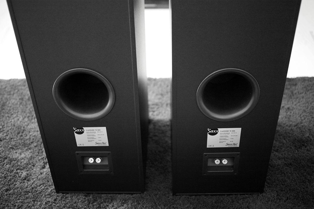 Die Bassreflexöffnungen auf der Rückseite der Saxx Truesound TS 900 besitzen einen Durchmesser von 12 Zentimetern