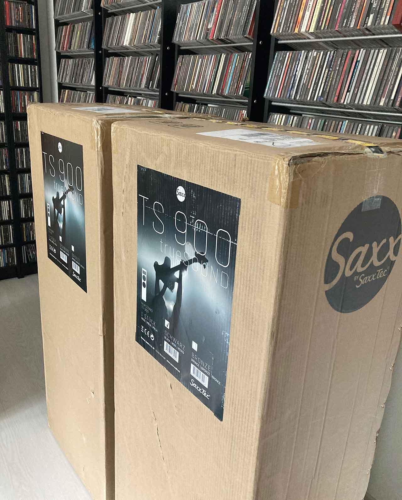 Die Truesound TS 900 von Sax stecken in nicht gerade kleinen Kartons...