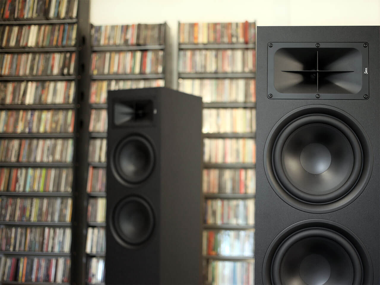 Saxx Truesound TS 900 vorm CD-Regal