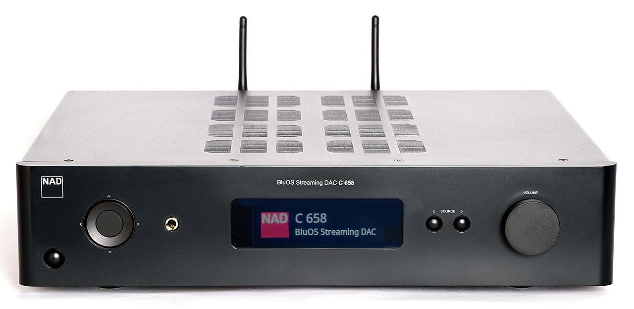 NAD C 658 von vorne mit aktiviertem Display