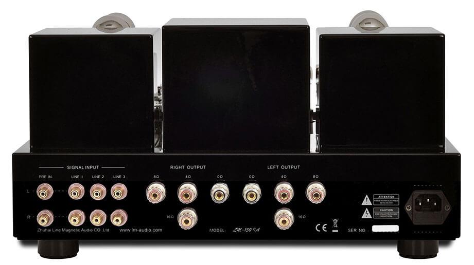 Der Line Magnetic LM-150IA von hinten: In der Mitte sitzt der Netztrafo, links und recht die beiden Übertrager. Der Verstärker bringt drei Hochpegeleingänge mit, einen Pre-In sowie Lautsprecheranschlüsse für 4, 8 und 16 Ohm