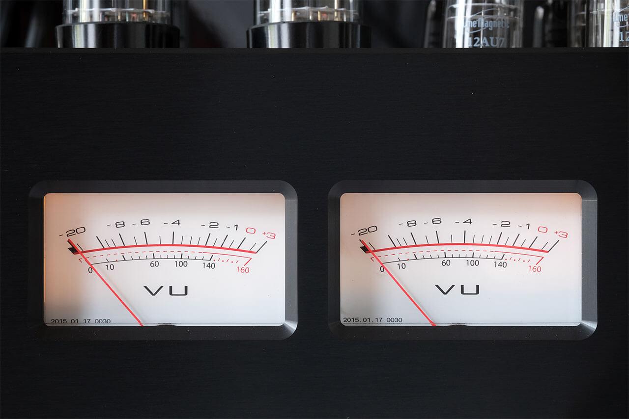 Die VU-Meter des Line Magnetic LM-150IA helfen bei der Einstellung des Ruhestroms und zeigen bei der Musikwiedergabe die abgegebene Leistung an