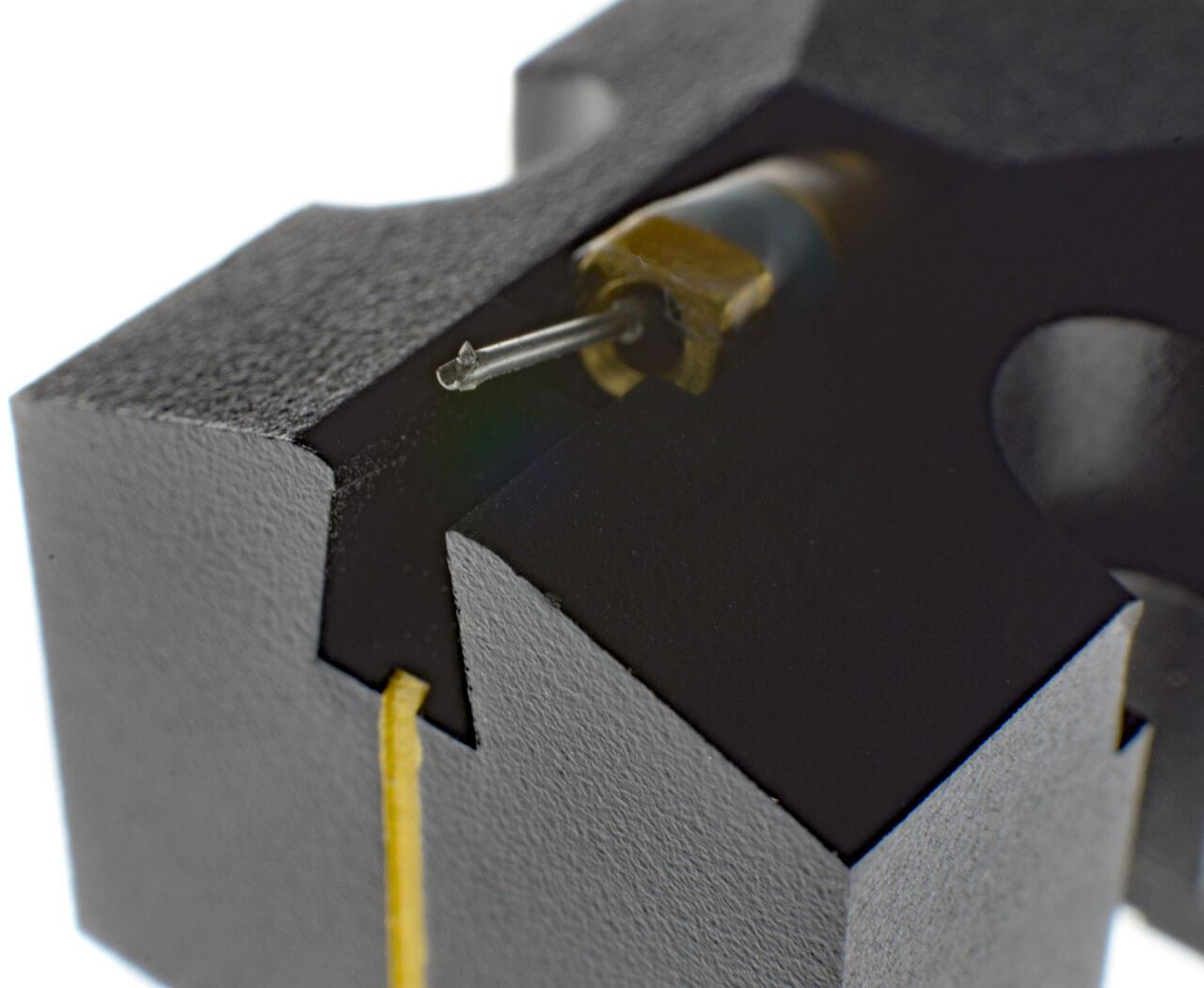Blick auf die Nadel und den Nadelträger eines Tonabnehmersystems