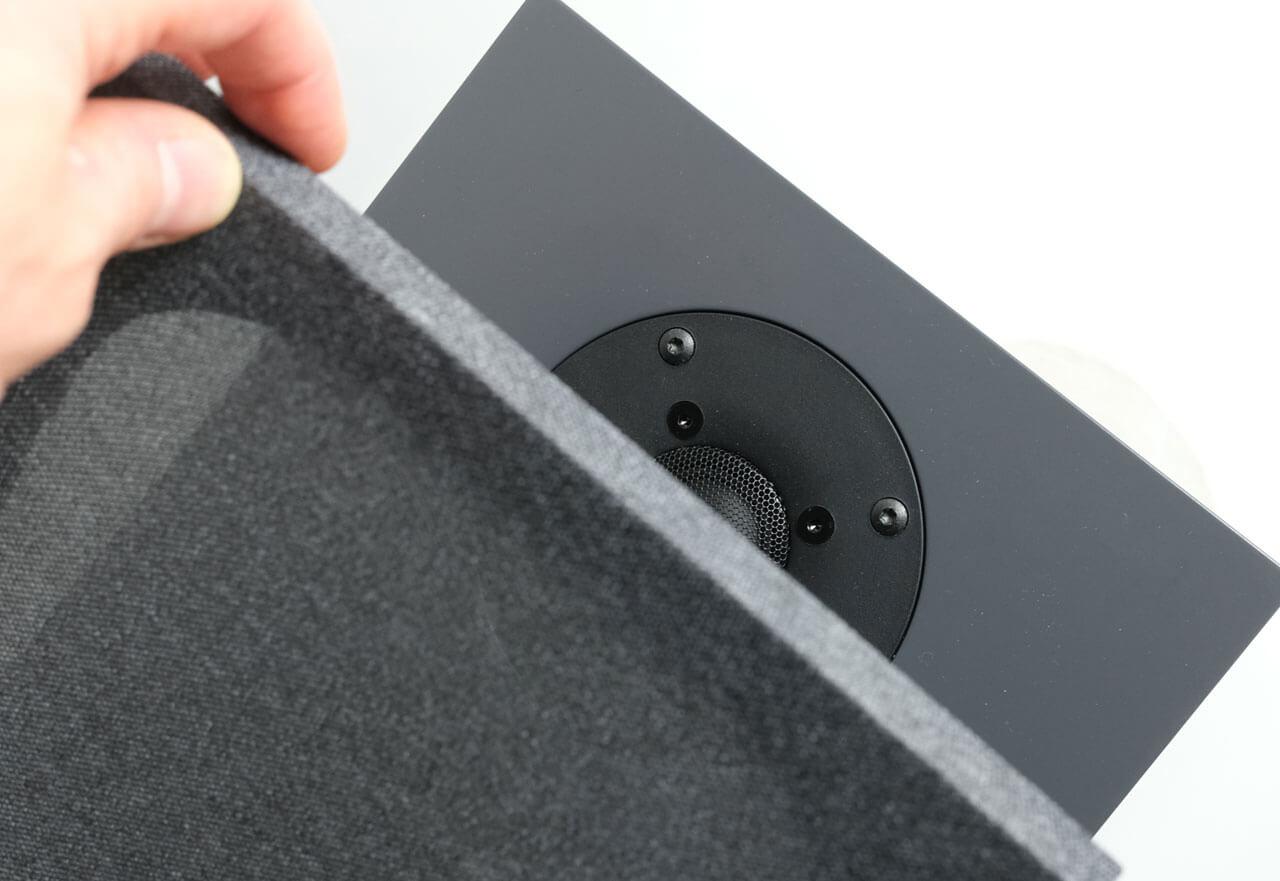 Die Lautsprecherabdeckung der Nubert nuBoxx B-40 haftet magnetisch