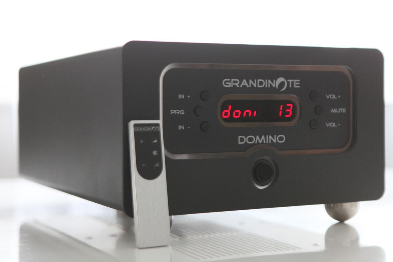 Grandinote Domino mit aktiviertem Display und Fernbedienung