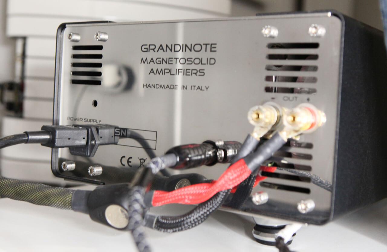 Grandinote Demone: Anschlüsse auf der Rückseite