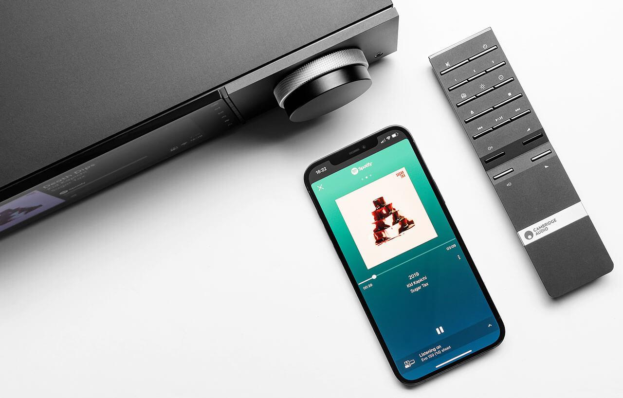 Der Cambridge EVO 150 lässt sich über die Gerätefront, per App und Fernbedienung steuern