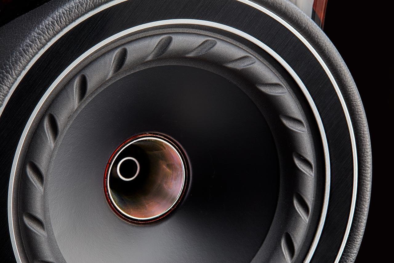 Der Sicke wurde ein spezielles Muster eingeprägt, das Resonanzen minimieren helfen soll. In der Mitte sieht man die Öffnung für den Druckkammertreiber des Koaxialtreibers der Fyne F1-5
