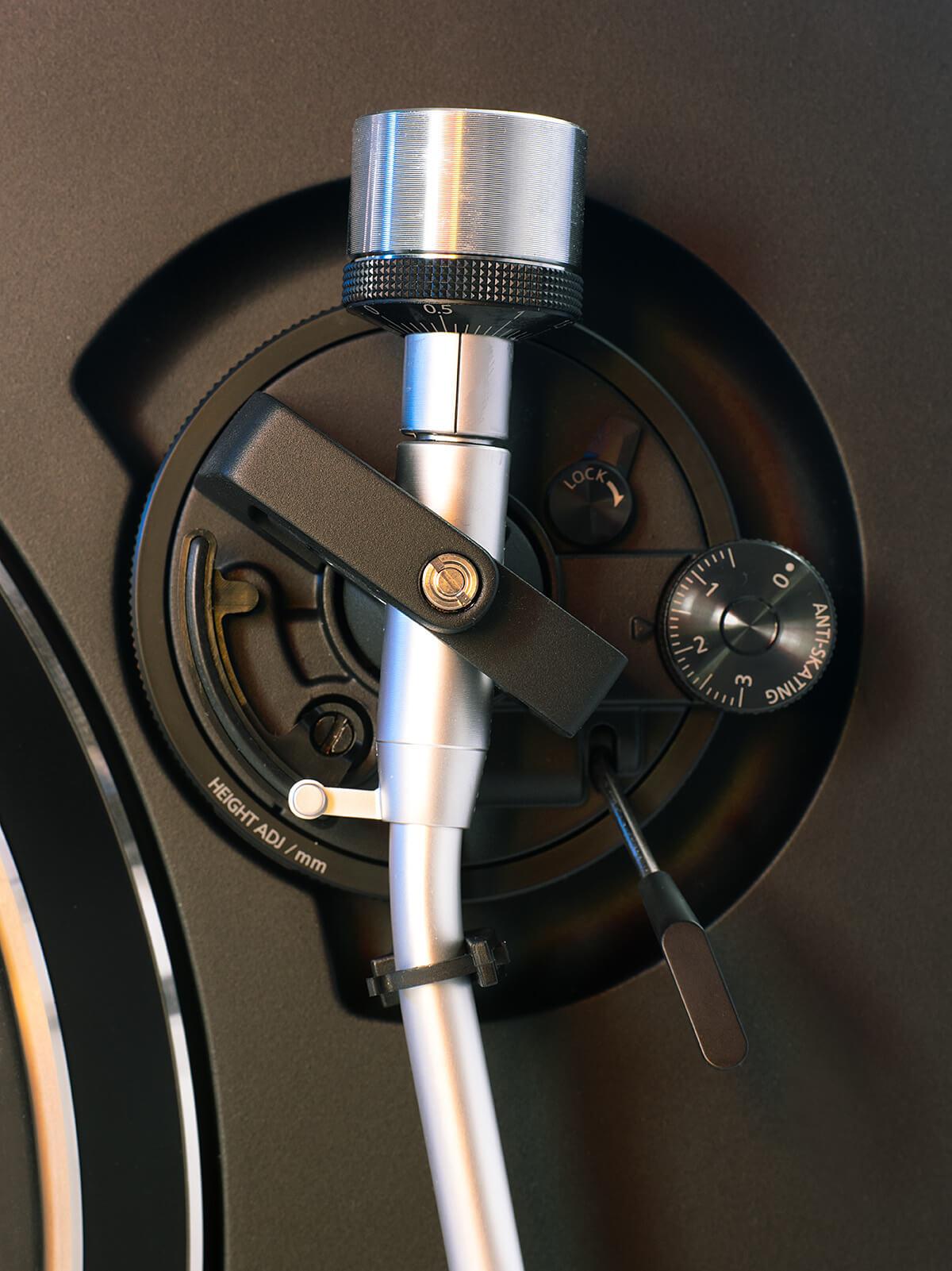 Blick aufs Tonarmlager des Technics. Nicht nur Anti-Skating ist mit an Bord, der SL-100C erlaubt auch die Justage des VTA