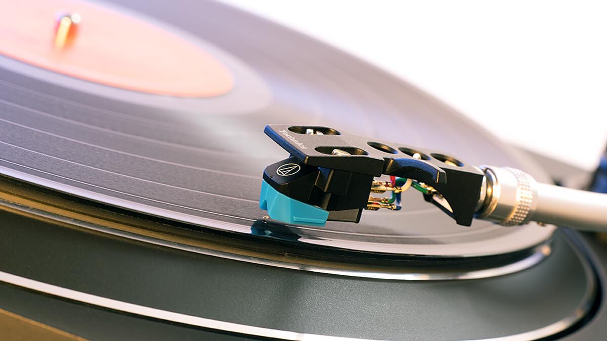 Der SL-100C kommt mit dem günstigen AT-VM95-System von Audio-Technica