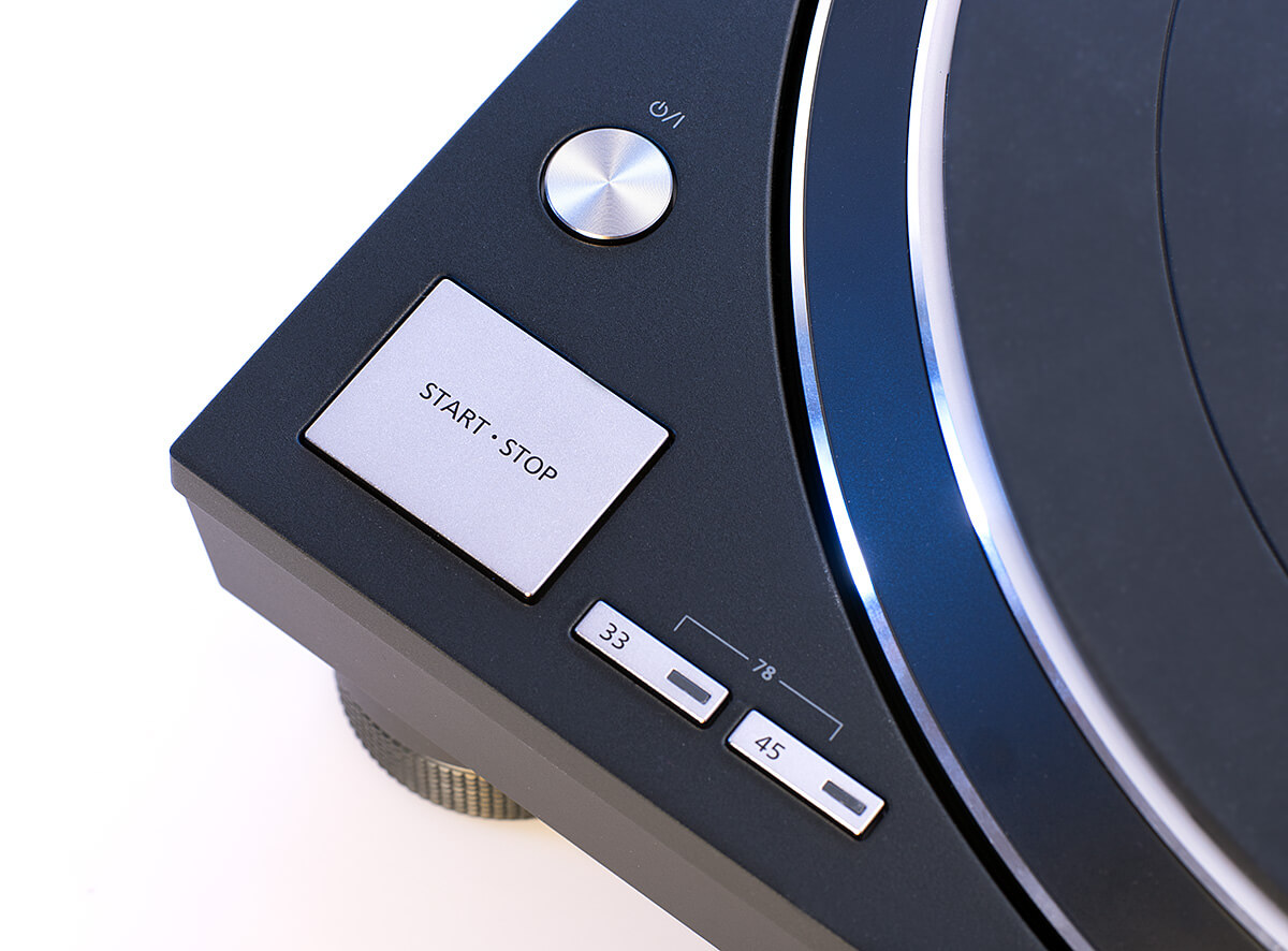 Die ikonische Start-Stopp-Taste des Technics-Plattenspielers. Rechts daneben, die Geschwindigkeits-Taster, sogar 78 U/min stehen zur Verfügung