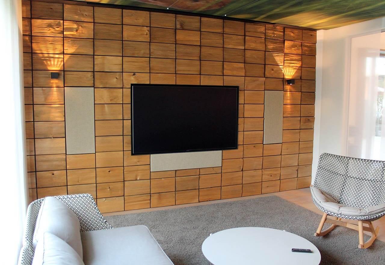 Die Kiefernholzschindeln an der Wand sehen nicht nur gut aus, sondern haben auch ihren akustischen Zweck